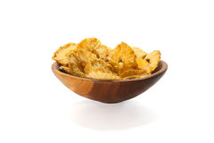 Scheiben der getrockneten Ananas in einer hölzernen Schüssel auf Weiß Stockbild