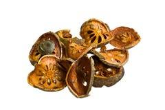 Scheiben der getrockneten bael Frucht auf weißem Hintergrund Lizenzfreies Stockfoto