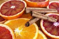 Scheiben der Orange mit Zimt Lizenzfreies Stockfoto