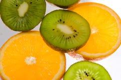 Scheiben der Orange und der Kiwi. Stockbilder