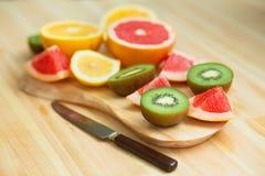 Scheiben der Pampelmuse, Zitrone, Kiwi, orange Stockfotografie