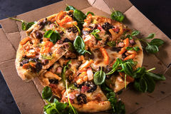 Scheiben der Pizza auf Pappe mit Basilikum Beschneidungspfad eingeschlossen Nahaufnahme stockfotos