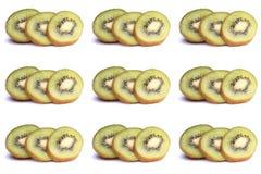 Scheiben der reifen Kiwi mit tadellosen Blättern auf einem Weiß Stockfoto