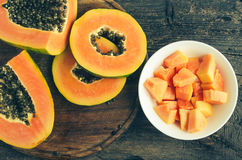 Scheiben der süßen Papaya auf hölzernem Hintergrund Lizenzfreie Stockfotos