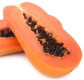 Scheiben der süßen Papaya auf weißem Hintergrund stockbild