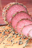 Scheiben der Salami mit Pfefferkörnern Lizenzfreie Stockfotos