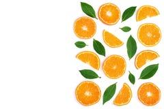 Scheiben der Tangerine mit den Blättern lokalisiert auf weißem Hintergrund mit Kopienraum für Ihren Text Flache Lage, Draufsicht Stockbilder