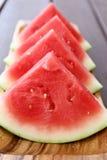 Scheiben der Wassermelone auf hölzernem Hintergrund Lizenzfreies Stockfoto