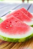 Scheiben der Wassermelone auf hölzernem Hintergrund Stockfoto