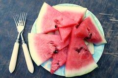 Scheiben der Wassermelone in einer Schüssel auf hölzernem Hintergrund Lizenzfreie Stockfotografie
