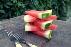 Scheiben der Wassermelone in einer Schüssel auf hölzernem Hintergrund Stockbild