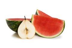 Scheiben der Wassermelone und der Birne stockbilder