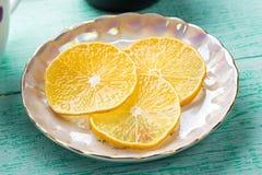 Scheiben der Zitrone auf einer Untertasse Lizenzfreie Stockfotos