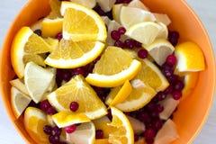 Scheiben der Zitrone und der Orange mit Moosbeeren Stockbilder