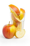 Scheiben des Apfels im Glas Stockbilder