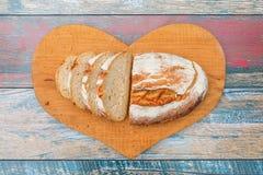 Scheiben des frischen Brotes auf Holztisch lizenzfreie stockfotos