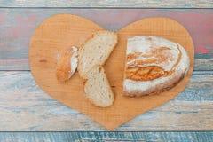 Scheiben des frischen Brotes auf Holztisch lizenzfreie stockbilder