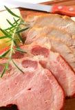 Scheiben des geräuchertem und Bratenschweinefleisch Lizenzfreie Stockfotografie