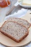 Scheiben des Glutens geben das Brot frei, das mit verschiedenem gemacht wird Stockbilder