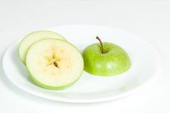 Scheiben des grünen Apfels in einer Platte Stockbilder