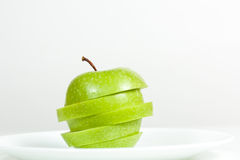 Scheiben des grünen Apfels in einer Platte Stockfotografie