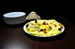 Scheiben des Käses auf Platte Stockfotografie