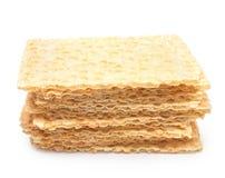 Scheiben des knusprigen Brotes auf Weiß Lizenzfreie Stockfotos