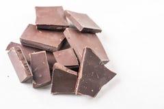 Scheiben des Kochens der Schokolade auf der weißen Marmorhintergrundtabelle Lizenzfreies Stockbild