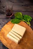 Scheiben des rohen Tofus, des Spinats und des Weins Lizenzfreie Stockfotografie