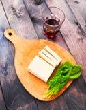 Scheiben des rohen Tofus, des Spinats und des Weins Stockbild