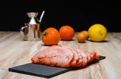 Scheiben des rohen Truthahnfleisches mariniert Lizenzfreies Stockbild