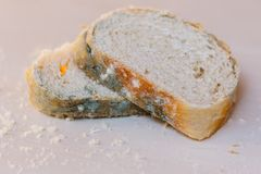 Scheiben des schimmeligen Brotes auf hellem Hintergrund Nahrung nicht passend für Verbrauch lizenzfreies stockfoto
