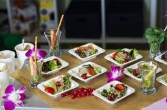 Scheiben des Schinkens, der roten Johannisbeere und des salad-2 Stockfoto