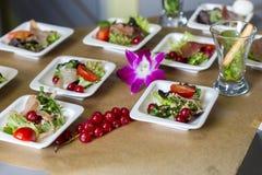 Scheiben des Schinkens, der roten Johannisbeere und des Salats Stockfotos