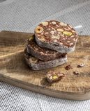 Scheiben des Schokoladennachtischs mit Haselnüssen und Pistazien Lizenzfreie Stockfotos
