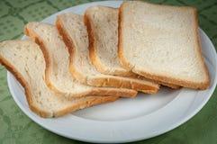 Scheiben des Toastbrotes auf einer weißen Platte Lizenzfreie Stockfotografie