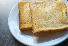 Scheiben des Toasts auf hölzerner Tabelle Lizenzfreies Stockfoto