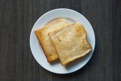 Scheiben des Toasts auf hölzerner Tabelle stockfotos