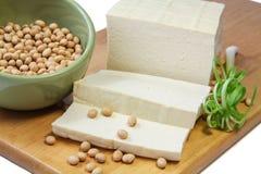 Scheiben des Tofus und der Sojabohnen Stockfotos
