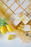 Scheiben des Zitronenkuchens Stockbilder