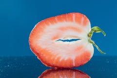 Scheiben-Erdbeere auf einem blauen Hintergrund stockbilder