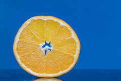 Scheiben-Orange auf einem blauen Hintergrund stockfoto