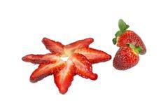 Scheiben von Erdbeeren und von ganzen Früchten Stockfotografie