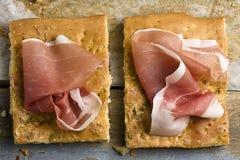 Scheiben von Focaccia-Brot mit Parmaschinken Lizenzfreies Stockfoto