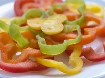 Scheiben von Gemüsepaprikas auf einer weißen Platte Lizenzfreie Stockfotografie