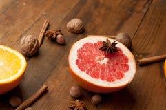 Scheiben von Orangen, von Zitronen und von Pampelmusen auf Weinleseholztabelle Zitrusfrucht mit Sternanis, Zimt gesunde Ernährung Lizenzfreie Stockfotos
