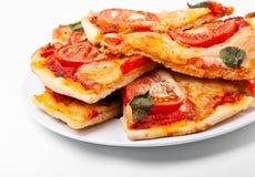 Scheiben von Pizza margharita lizenzfreie stockbilder