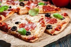 Scheiben von Pizzapepperonis mit Oliven Lizenzfreies Stockfoto