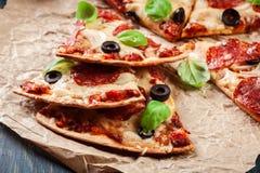 Scheiben von Pizzapepperonis mit Oliven Stockfotografie