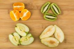 Scheiben von verschiedenen Früchten auf hölzernem Brett Lizenzfreies Stockfoto